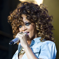 Rihanna 'Brought 100-Strong Entourage To V Festival 2011'