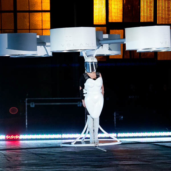 Pakaian luar angkasa tersebut Gaga beri nama Volantis, yang pastinya ...