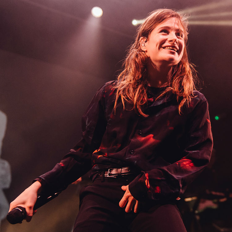 christine the queens live review koko 39 dynamic and infectious 39 gigwise. Black Bedroom Furniture Sets. Home Design Ideas