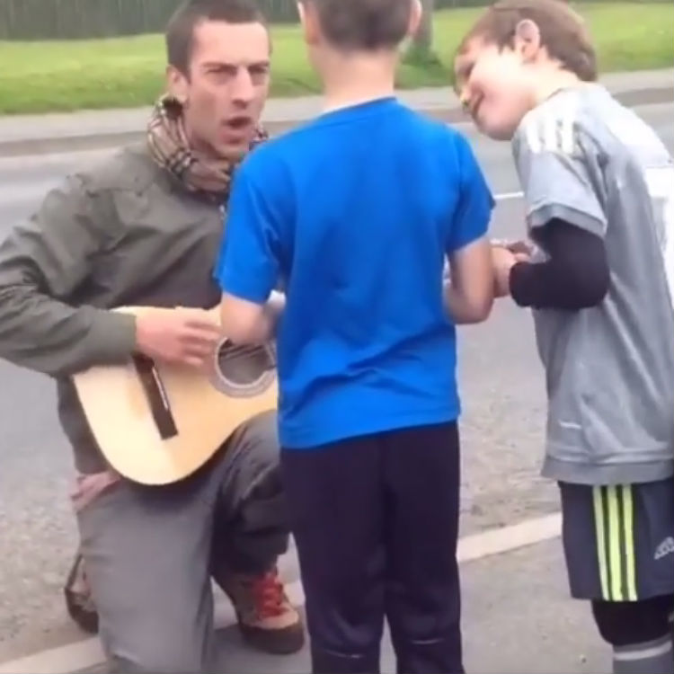 The Verve Richard Ashcroft sings Lucky Man to young boys video