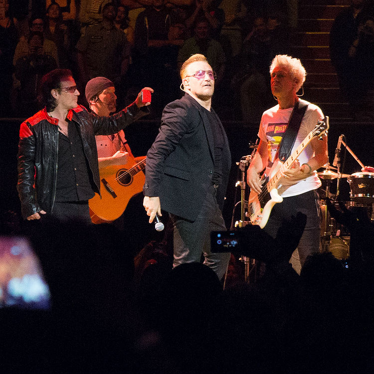 Bono impersonator appears on stage with U2 in LA