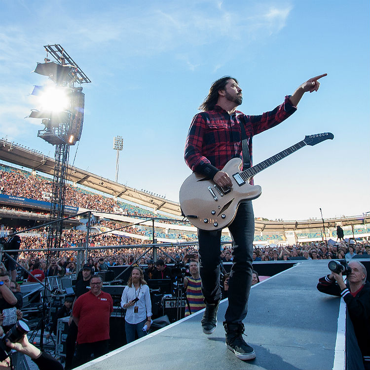 Foo Fighters Dave Grohl air drums to Led Zeppelin to help broken leg
