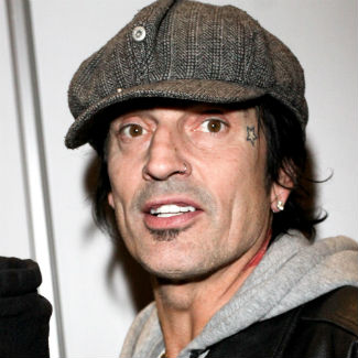 Tommy Lee claims mother's death was reason for Facebook rant