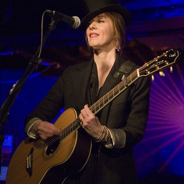 Suzanne Vega confirms she will play Glastonbury 2014