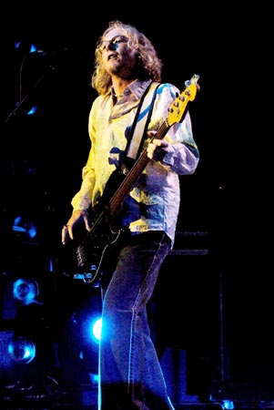 Mike Mills playing live in 2004. (wenn)