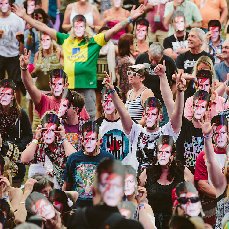Isle Of Wight festival pay tribute to David Bowie with masks - photos
