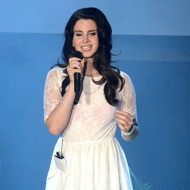 Lana Del Rey performs Serial Killer live