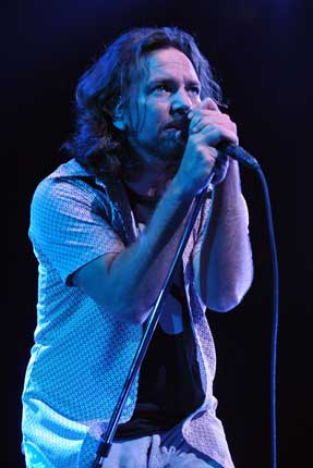 pearl jam joined by kiss and ramones members in new york gigwise. Black Bedroom Furniture Sets. Home Design Ideas